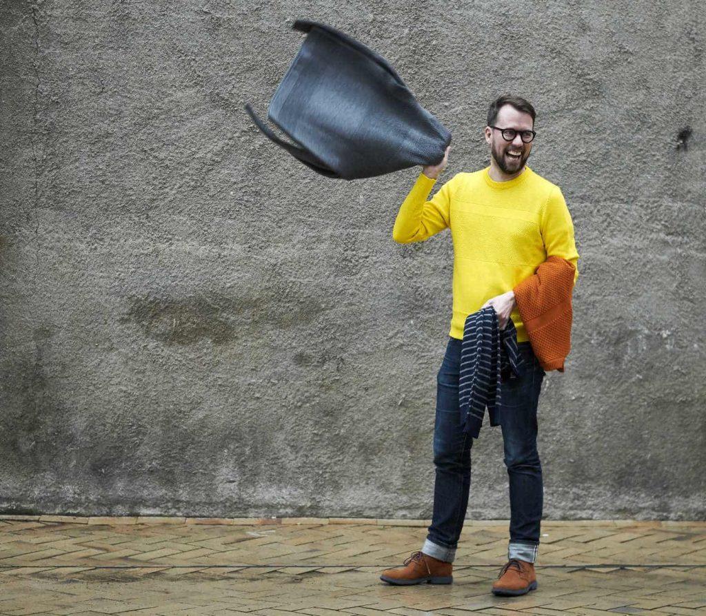 Ein Bild, das Person, Gebäude, draußen, gelb enthält.  Automatisch generierte Beschreibung